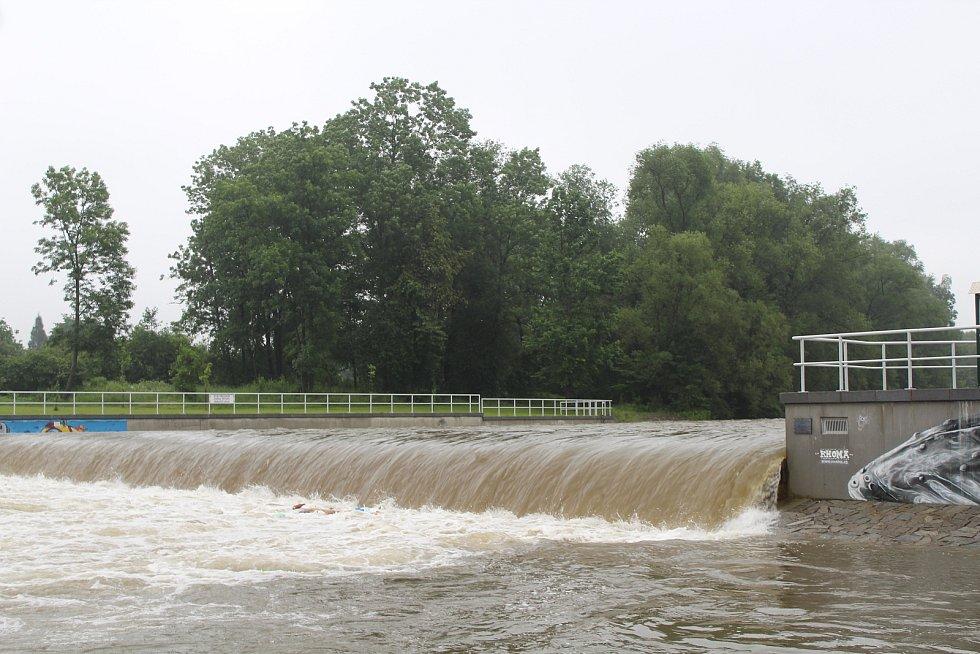 Muž s dětmi vyrazil na raftu na řeku Morávku. Skončilo to neštěstím.