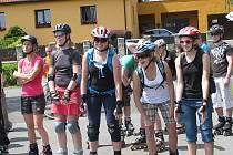 Vyznavači jízdy na kolečkových bruslích se sešli v sobotu odpoledne na akci s názvem 8 okolo Olešné. Startovalo se z hráze přehrady, cíl byl po osmi kilometrech, tedy necelých dvou okruzích, u aquaparku. Účastníci propagační jízdy museli mít na hlavě ochr