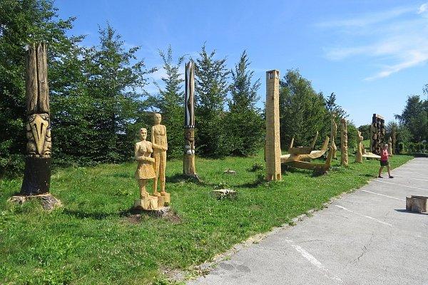 Topoly upřehrady zmizely. Zjejich kmenů vznikly sochy.