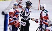 Hokejové utkání play off Tipsport extraligy v ledním hokeji mezi HC Dynamo Pardubice (červenobílém) a HC Oceláři Třinec ( v černém) v pardudubické Tipsport areně.
