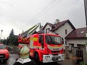 Zásah hasičů u požáru střechy rodinného domu ve Frýdku-Místku.