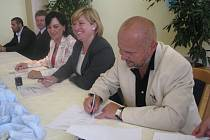 Starostové Milan Procházka (Mosty u Jablunkova), Lenka Husarová (Návsí) a Věra Palkovská (Třinec) při srpnovém podpisu smluv k revitalizaci řeky Olše. Právě úsek stavby na Jablunkovsku se nyní dostal do problémů.
