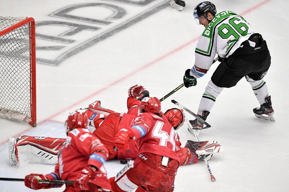Semifinále play off hokejové Tipsport extraligy - 7. zápas: HC Oceláři Třinec - BK Mladá Boleslav, 15. dubna 2021 v Třinci. (zleva) brankář Třince Ondřej Kacetl a Maris Bičevskis z Mladé Boleslavi.