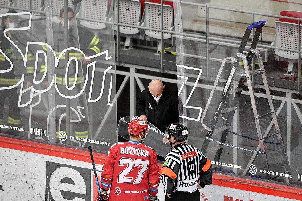 Semifinále play off hokejové Tipsport extraligy - 5. zápas: HC Oceláři Třinec - BK Mladá Boleslav, 11. dubna 2021 v Třinci. Výměna zničeného plexiskla.