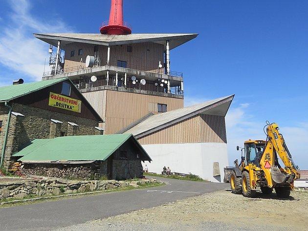 Stavební stroje se na Lysé hoře v posledních letech objevují pravidelně. Vytíženost asfaltové horské komunikace se zvýšila, čemuž chtějí ochránci přírody bránit.