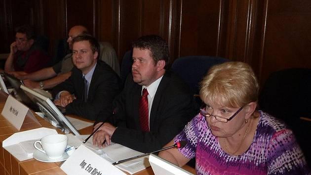 Zatímco opoziční občanští demokraté chtěli počet zastupitelů města snížit, primátorka města Eva Richtrová se přikláněla k zachování stávajícího počtu a její náměstek Petr Cvik (oba jsou na snímku) navrhoval nejvyšší možný počet zastupitelů.