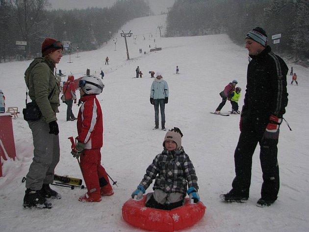 Milovníci lyžování si přišli na své v Palkovicích nedaleko Frýdku-Místku. Na snímku Jarmila Zajacová z Frýdlantu nad Ostravicí, která přijela s přítelem a třemi dětmi.