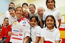 Manželka hokejového mistra z Třince Katie Kohn se svými žáky ze 1st International School of Ostrava, kde pomáhá s  výukou anglického jazyka.