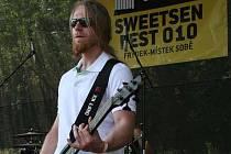 Na snímku je baskytarista Jan Válek, který si už život bez hudby nedokáže absolutně představit.