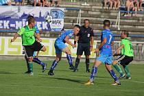 Třetiligoví fotbalisté Frýdku-Místku (v modrém) si díky zlepšenému výkonu po změně stran připsali do tabulky další tři body. Ve Stovkách zdolali nováčka MSFL z Vrchoviny 4:1.