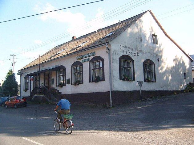 V hostinci Ondráš v Janovicích se narodil stejnojmenný legendární zbojník.