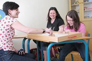 Edita Satinská (na snímku vlevo), pedagožka a vedoucí Speciálně pedagogického centra ve Frýdku-Místku, při práci s malou klientkou.