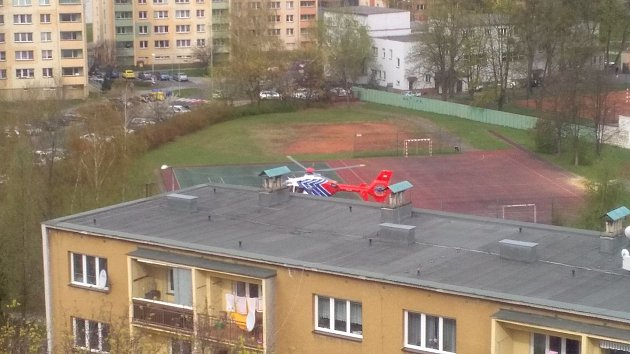 Záchranářský vrtulník přistál ve Frýdku na školním hřišti.