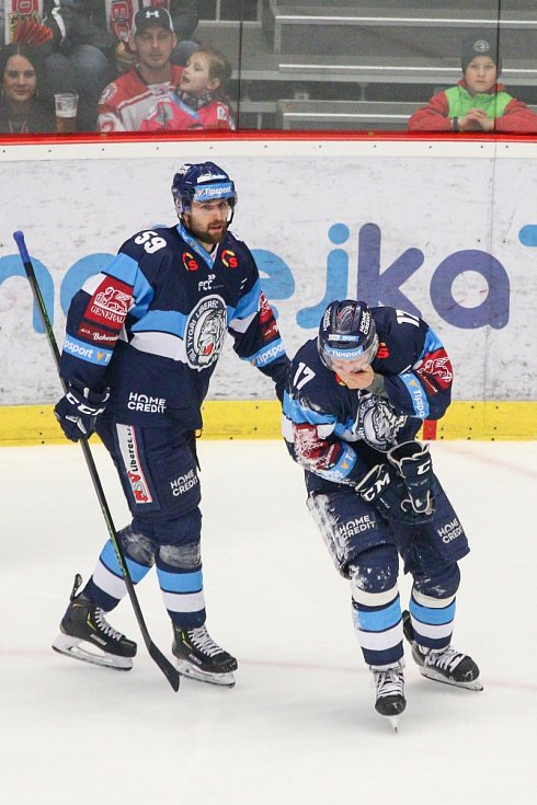 Oceláři (v bílém) v šestém utkání finálové série s Libercem.