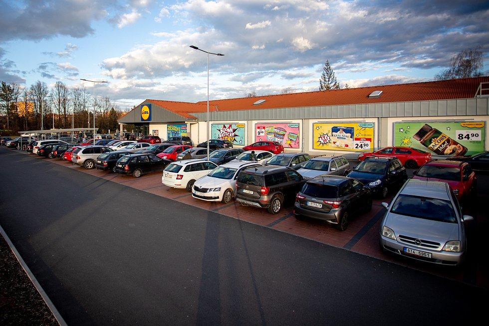 Parkoviště u Lidlu ve Frýdku-Místku, 12. března 2020.