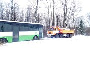 Linkový autobus, který sjel ve Skalici, místní části Frýdku-Místku, mimo komunikaci a opřel se o sloup museli v sobotu 5. ledna vyprostit hasiči. Foto: HZSMSK
