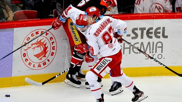Michal Kovařčík (v bílém) má v první čtvrtině sezony výbornou formu.