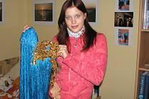 Kateřina Štalmachová z Brušperku bude v sobotu bojovat o korunku Miss ČR. Šaty, které drží v ruce, si oblékne na volnou disciplínu a zatančí v nich čaču. Prozatím se ale snaží vyléčit z chřipky.