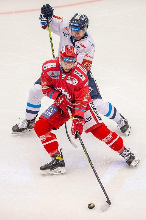Finále play off hokejové Tipsport extraligy - 1. zápas: HC Oceláři Třinec - Bílí Tygři Liberec, 18. dubna 2021 v Třinci. Zleva Patrik Hrehorčák z Třince.