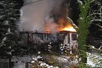 Požár chaty ve Starých Hamrech.