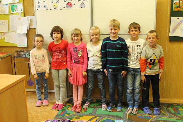 Snímek zachycuje prvňáčky ze základní školy vMilíkově. Třídní učitelkou je Martina Labajová. Na fotce zleva: Julie Martynková, Eliška Szmeková, Nela Ernstová, Marie Bojková, Jakub Raszka, Jakub Szmek, Nikolas Szlauer.