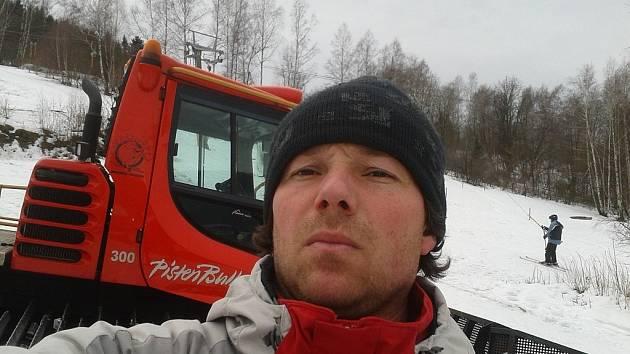 Šéf Ski areálu Sviňorky v Morávce se nechal vyfotit před rolbou.