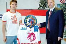 Hokejový tým Ocelářů v minulých dnech posílil slovenský obránce Ivan Švarný, kterého v Třinci přivítal generální manažer Pavel Marek.