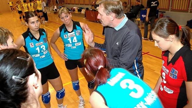 Frýdecko-místecké volejbalistky vedl proti vedoucímu týmu tabulky nově zvolený trenér Tibor Brida. Na snímku právě uděluje pokyny svým svěřenkyním.