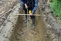 Vyjeté koleje byly podle České inspekce životního prostředí místy přes 70 centimetrů hluboké.