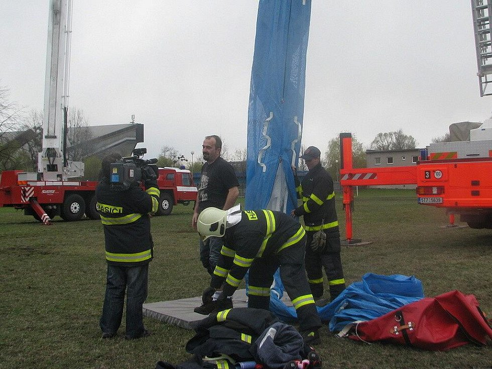 V areálu SOŠ požární ochrany a VOŠ požární ochrany ve Frýdku – Místku se ve středu 13. dubna uskutečnila akce, jejíž cílem bylo přiblížit veřejnosti prostřednictvím médií nelehkou práci hasiče z pohledu výcviku jako přípravy na zásah.