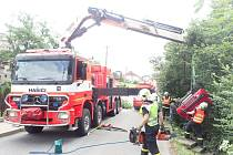 Zásah hasičů u havarovaného automobilu.