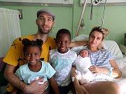 Theodore Nikiforov Sabela a sourozenci Angela a Joshua s rodiči, Třinec, nar. 15.4., 53 cm, 4,11 kg, Nemocnice Třinec.
