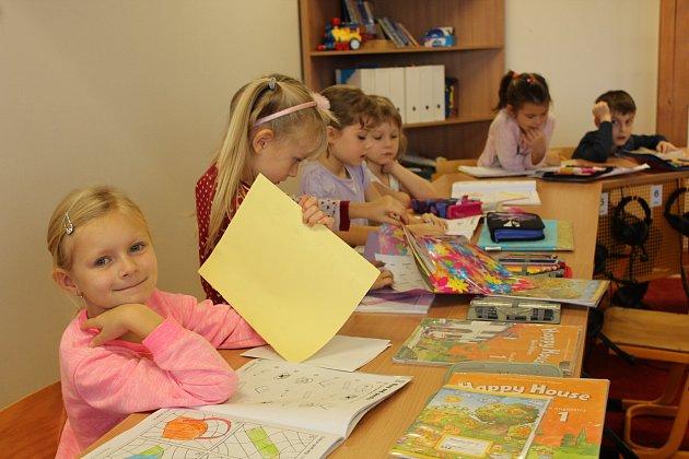 Snímky zachycují prvňáčky ze základní školy vDobraticích. Třídní učitelkou je Ivana Ďugová.