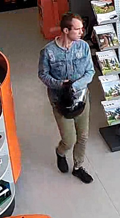 Podobu jednoho z pachatelů zachytila bezpečnostní kamera.