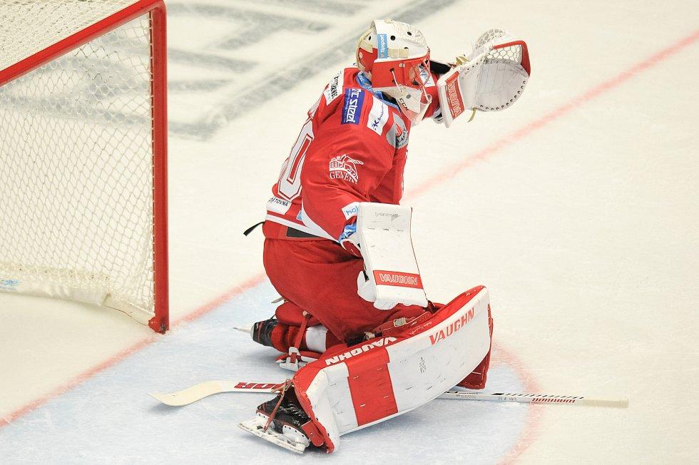 Utkání 2. kola hokejové extraligy: HC Oceláři Třinec - HC Plzeň, 10. září v Třinci. Šimon Hrubec z Třince.