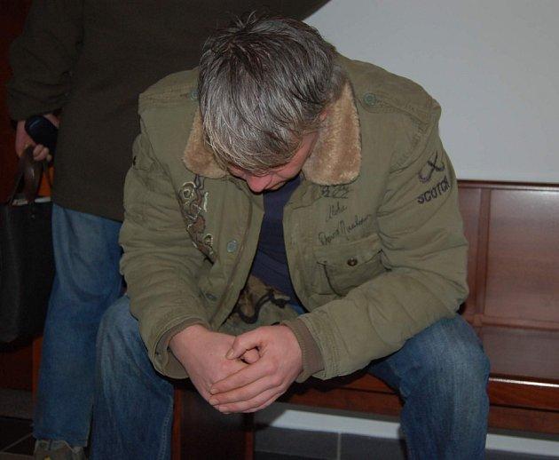 Libor Zamarski před začátkem hlavního líčení. Podle soudu vymyslel krádež kamionu s nákladem desítek tun drátu.