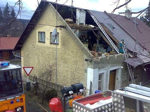 Zničená střecha v Kunčicích pod Ondřejníkem.