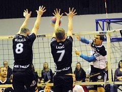 Volejbalisté Black Volley Beskydy (v černém) došli v letošní sezoně až do finále. Tam ale nestačili na vítěze soutěže turnovskou Zikudu.