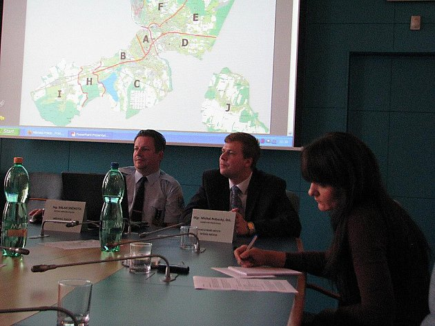 Ředitel městské policie ve Frýdku–Místku Milan Sněhota (vlevo) si systém strážníků–okrskářů pochvaluje.