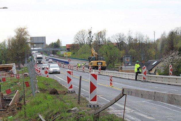 Stavbaři dokončují křižovatku na dálnici D48 v Rychalticích.