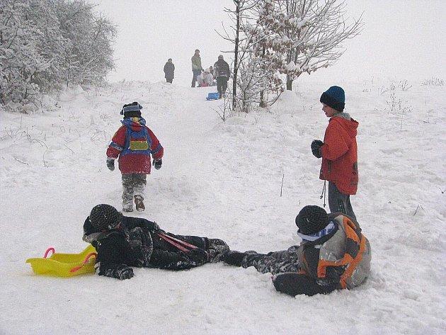 Na kopci nad fotbalovým stadionem ve Stovkách ve Frýdku proběhla v sobotu 9. ledna netradiční soutěž. Děti zde skákaly na bobech do dálky o ceny.