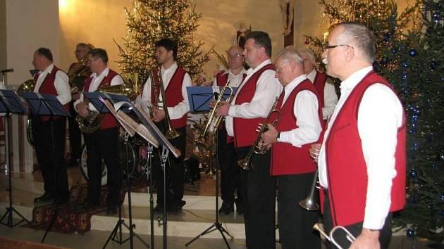Dechový orchestr Jablunkovanka zahrál koledy v mosteckém kostele sv. Hedviky.