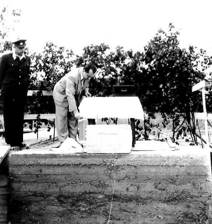 ZÁKLADNÍ KÁMEN hasičské zbrojnice v Pržně dne 23. března 1957.