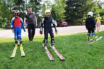 Skokanské můstky v Nýdku žijí i během léta. Kromě července trénují tamní malí skokani celý rok a skáčou na umělém povrchu.