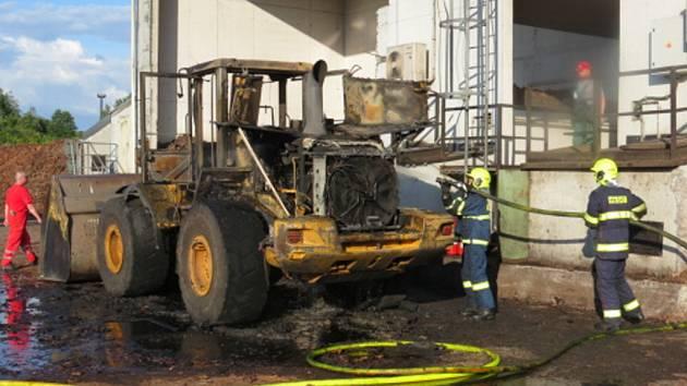 Zásah hasičů u požáru nakladače.