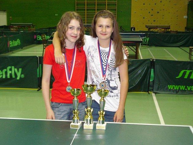 Úspěšné stolní tenistky SK Frýdlant. Zleva stojí Barbora Daňová a Nikita Petrovová.