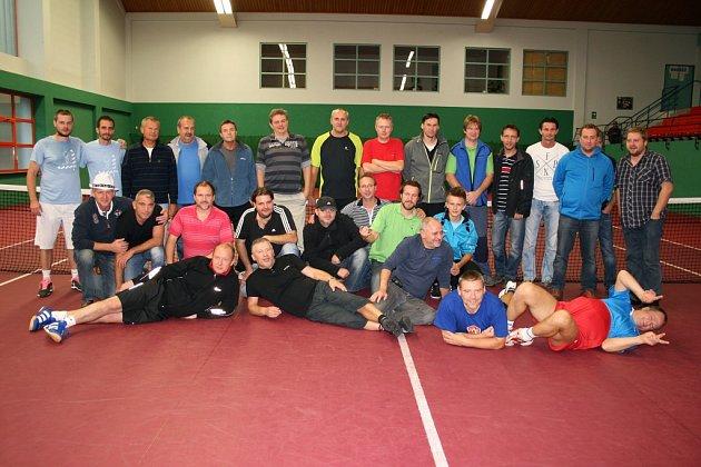 Účastníci závěrečného klání amatérského turnaje Tenis Cup FM, které se uskutečnilo ve frýdlantské sportovní hale.