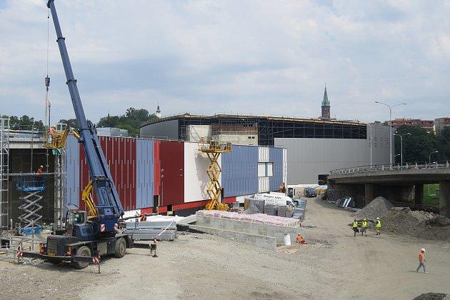 Červenec 2014.Podkladní konstrukční vrstva, která zajišťuje tepelnou izolaci a vodotěsnost objektu, už brzy neměla být vidět.