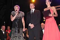 Reprezentační ples Frýdku-Místku. Hosty plesu přivítala i Marcela Krplová (vlevo) společně s primátorem Petrem Cvikem a moderátorkou Janou Doleželovou.