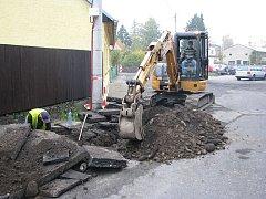 Stavební dělníci při výkopu poslední přípojky k rodinnému domu v ulici Dr. Polívky. Pak už nezbývá nic jiného než se napojit na hlavní řad.